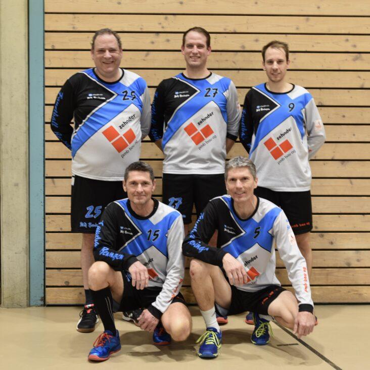 Das erfolgreichste der insgesamt drei Teams der Männerriege Beringen konnte in der 3. Liga den Meistertitel feiern. Bild: Mario Cibien